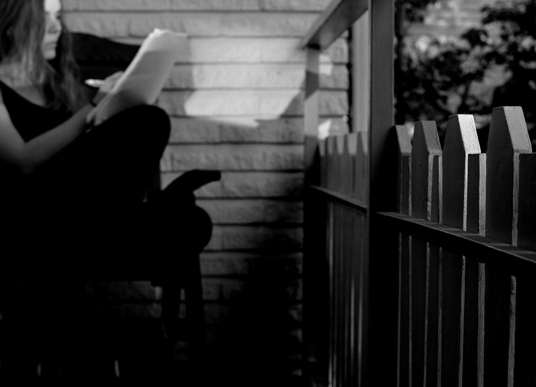Svartvit bild på kvinna som läser och skriver