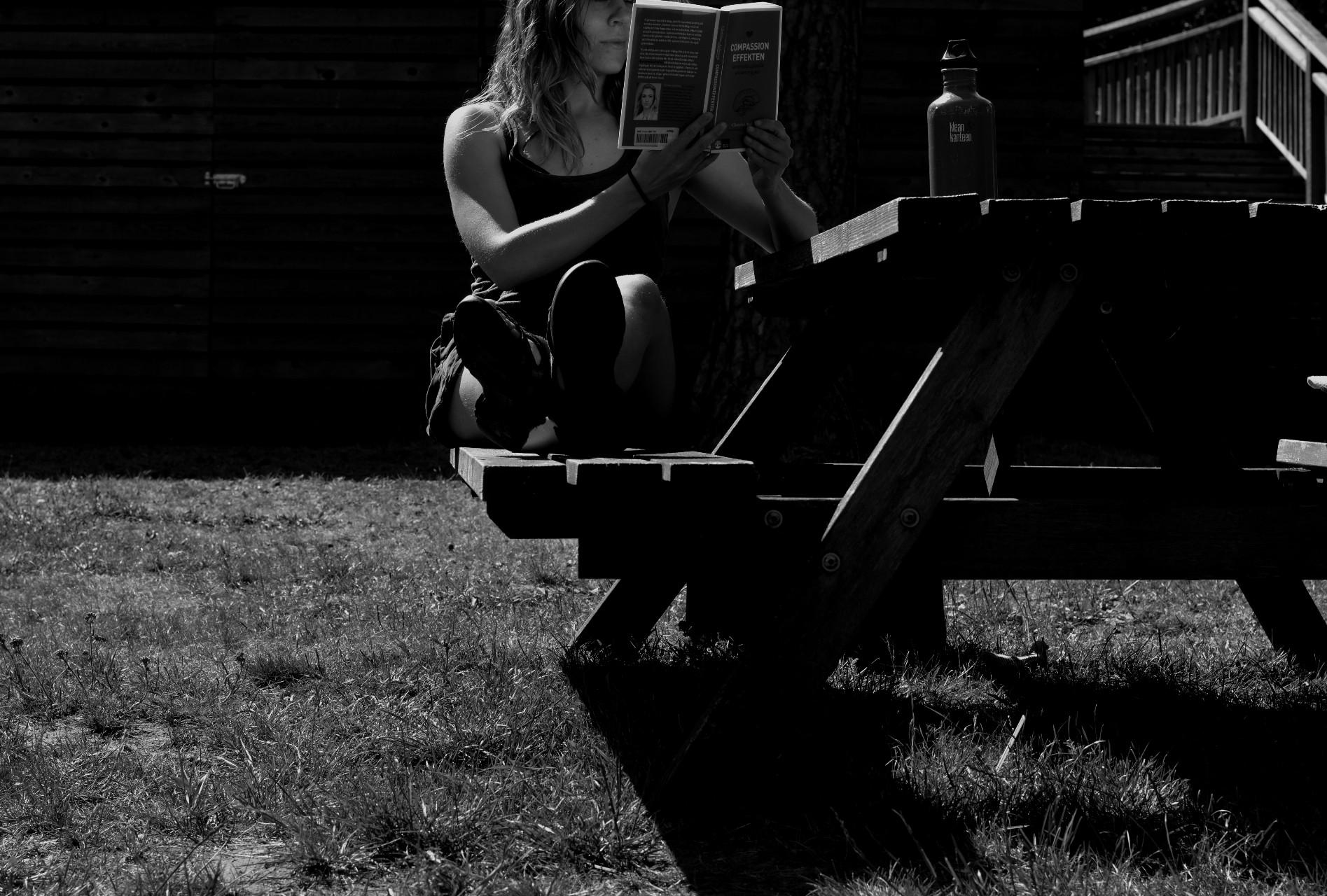 svartvit kvinna läser