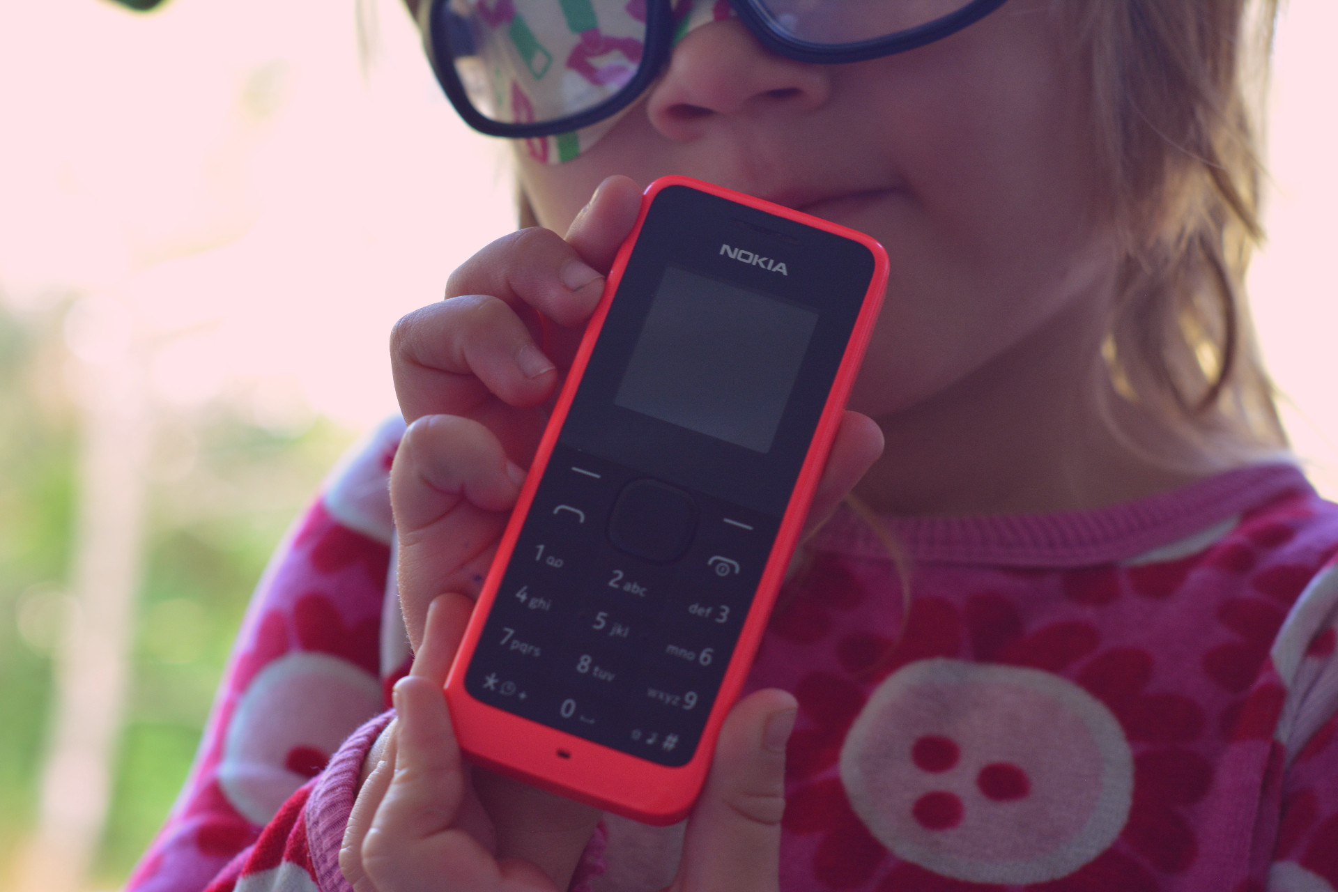 barn med gammal telefon