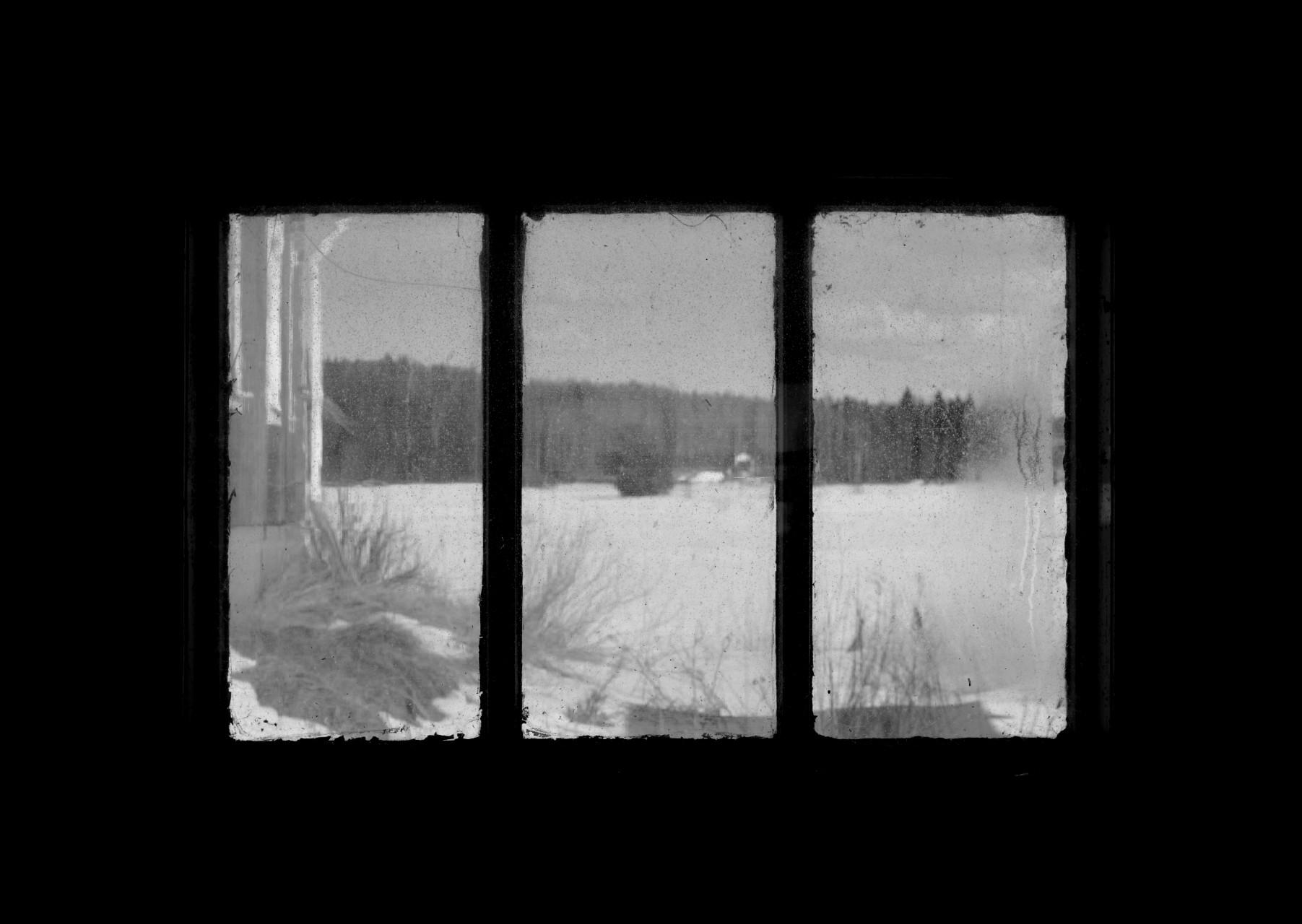 Svartvitt fönster Österbottens landsbygd