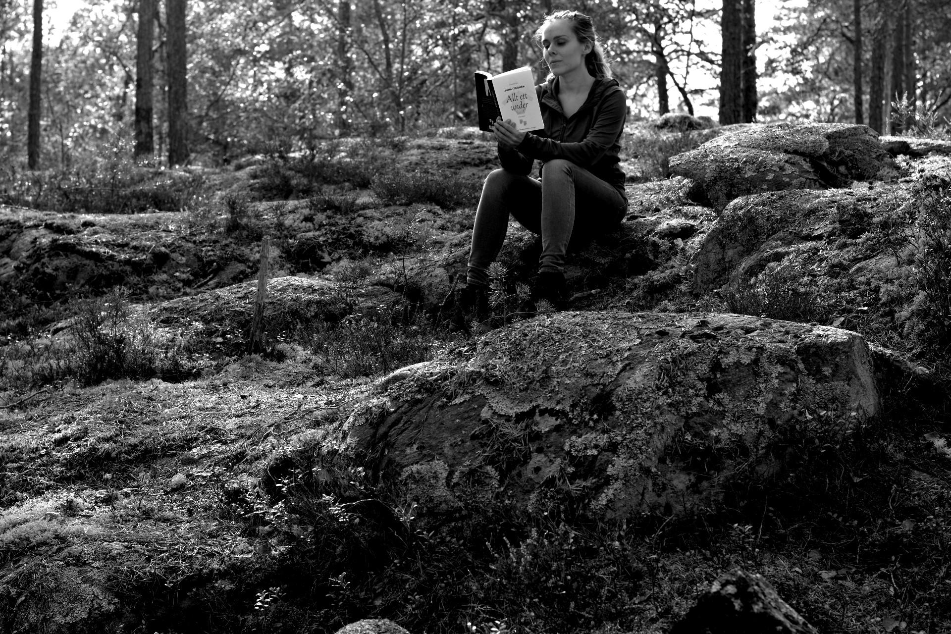 Kvinna i skogen i svartvitt