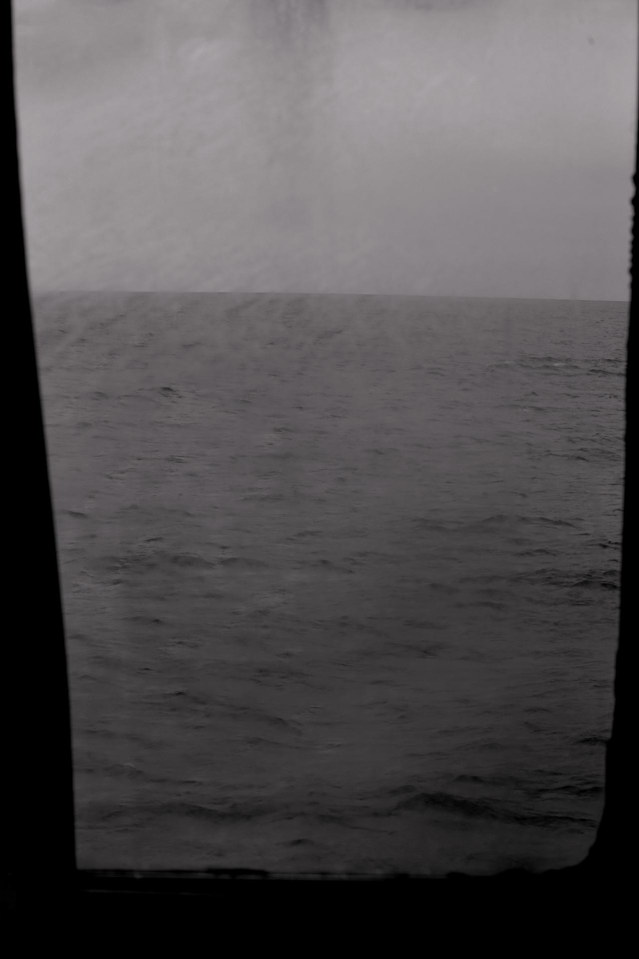 Svartvit hav sett från färja