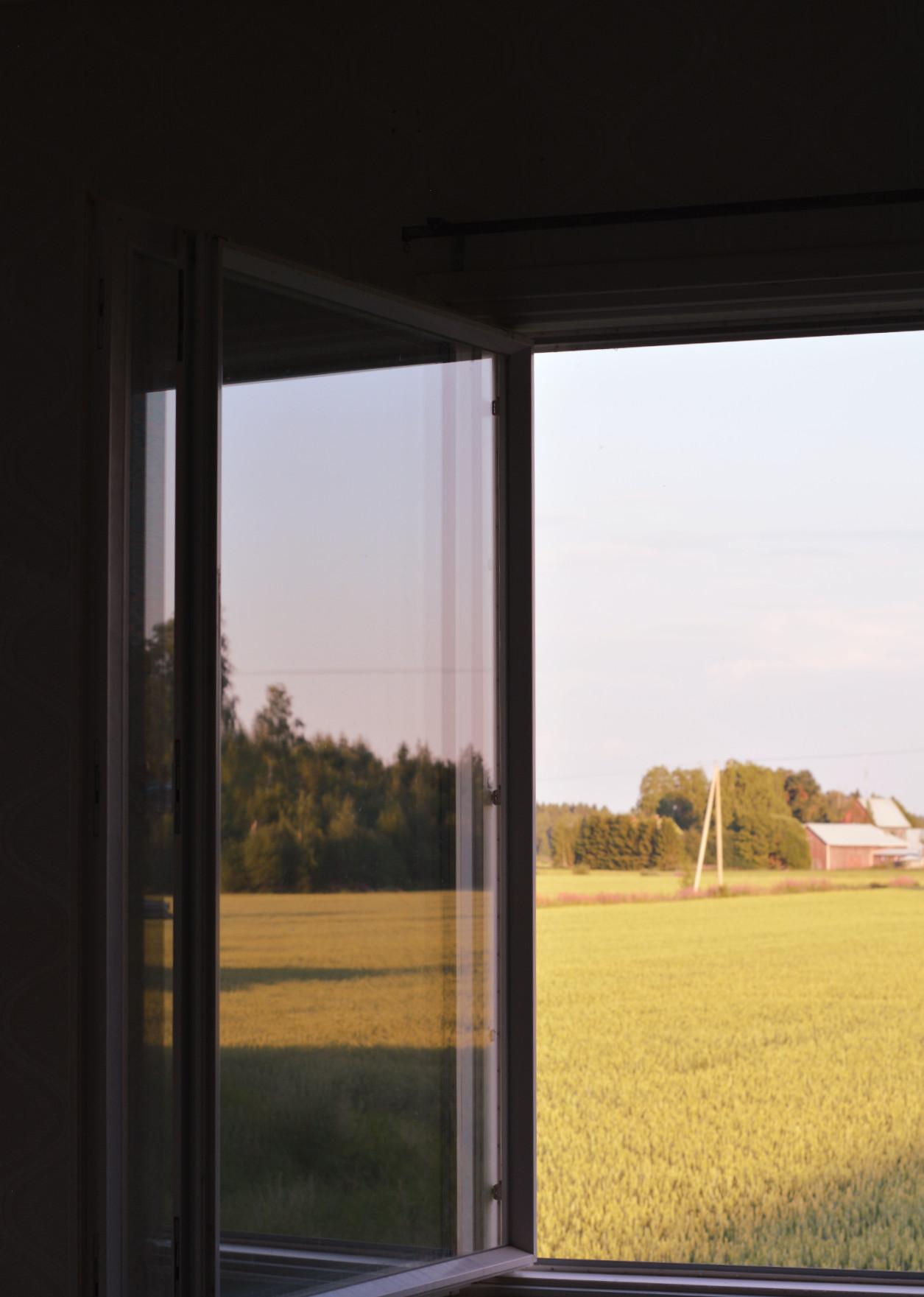 Österbotten lantutsikt genom fönster
