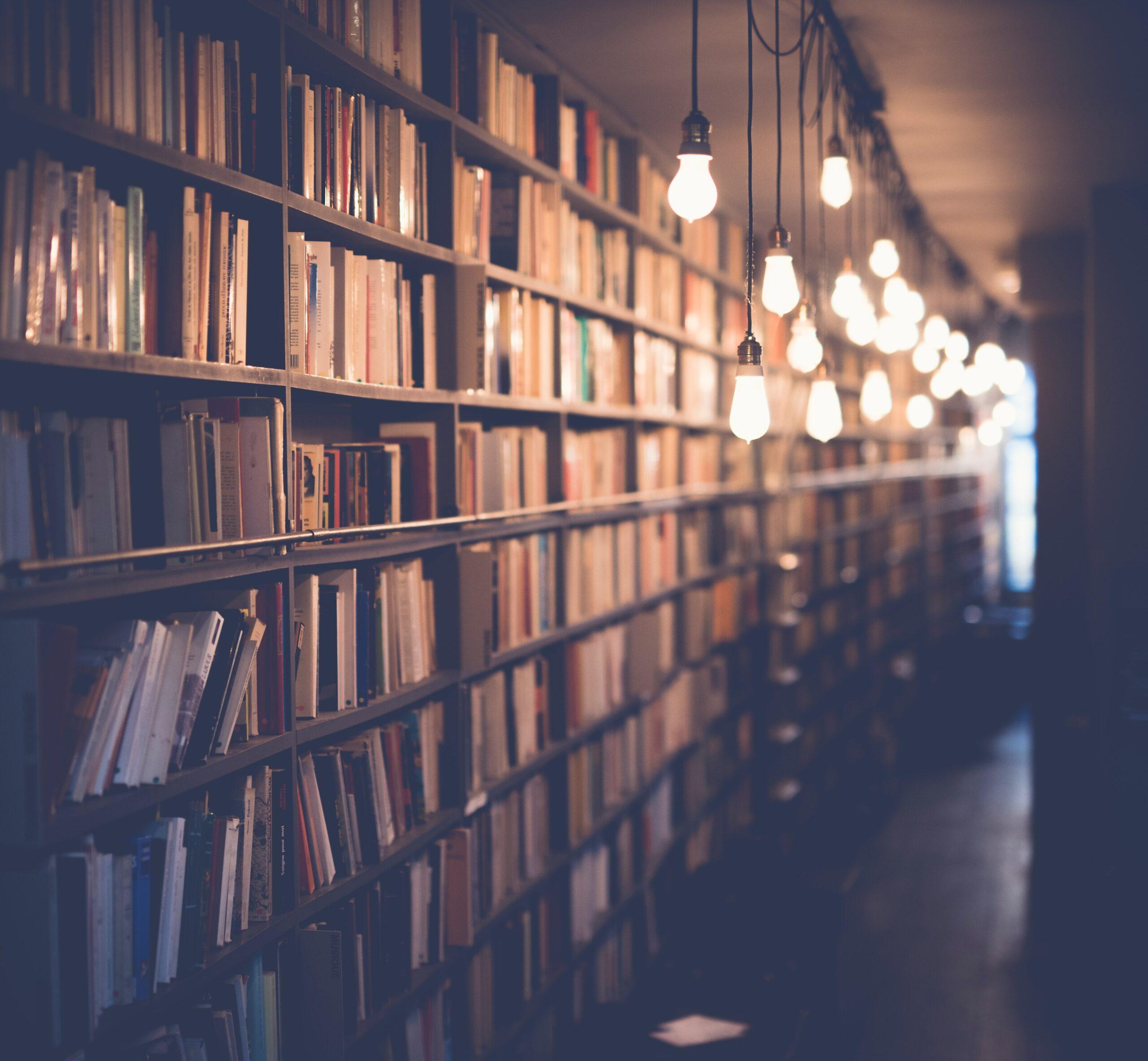Rader av hyllor i ett bibliotek.