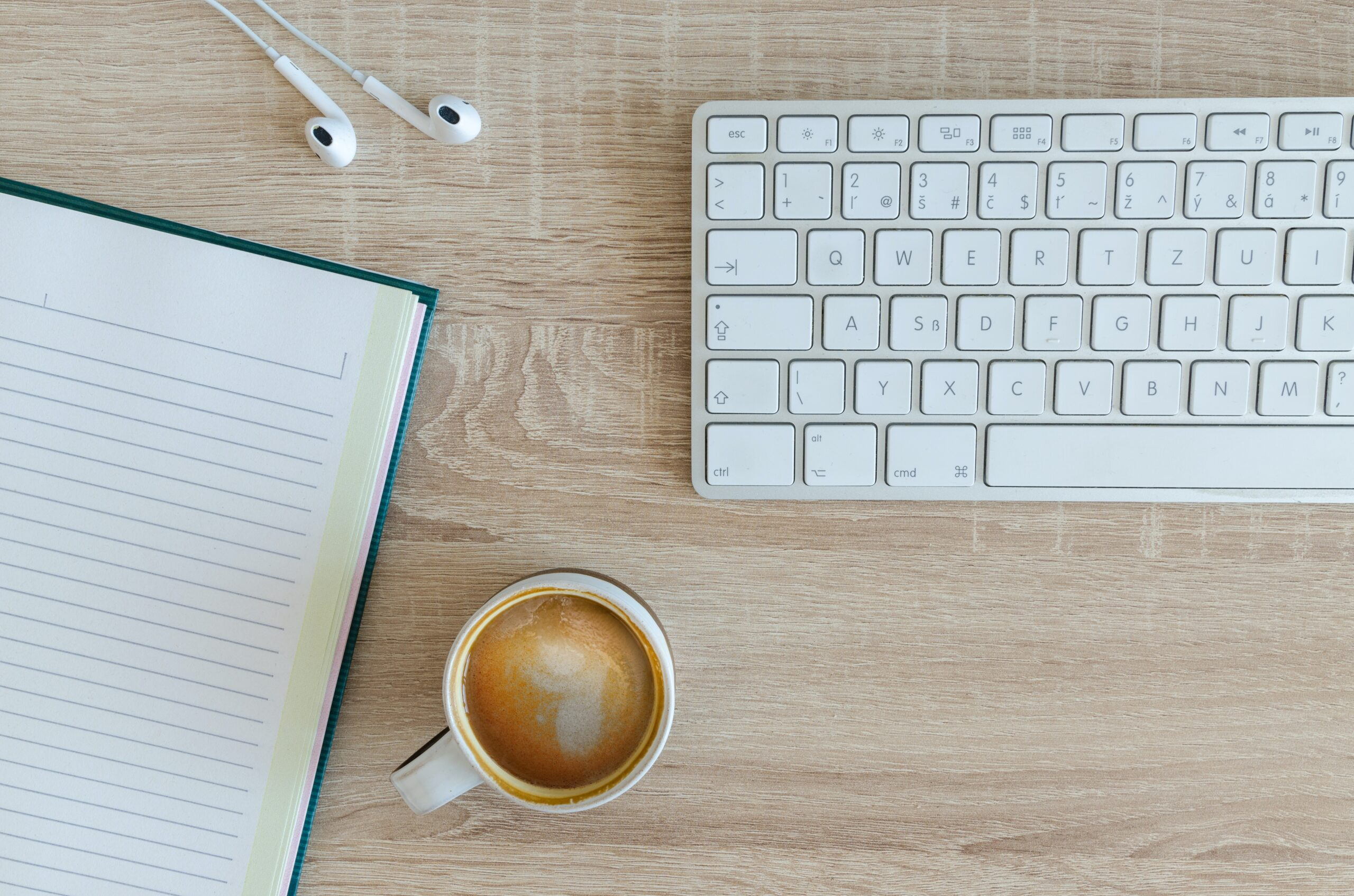 Tangentbord, anteckningsbok, kaffekopp. Jobba som krönikör.