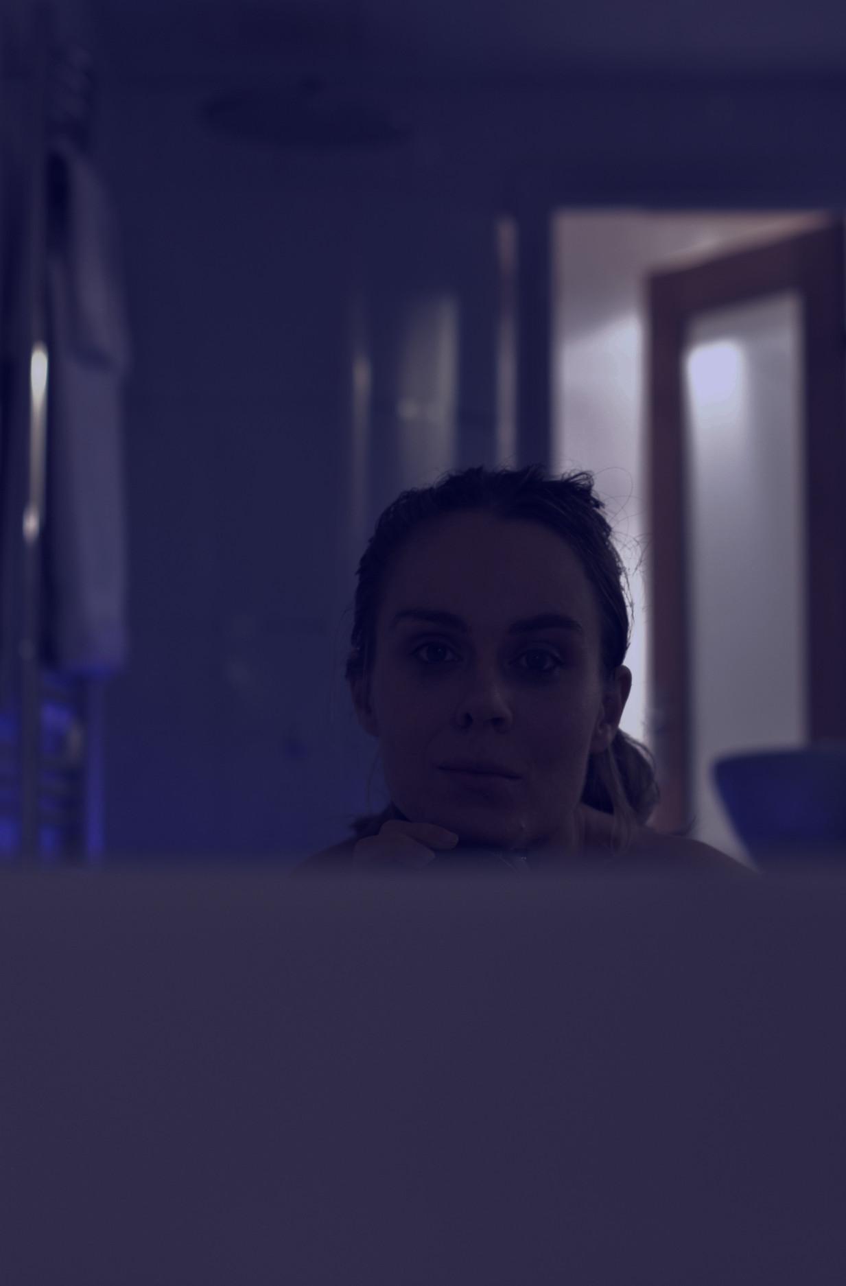 Porträtt på kvinna som badar badkar.