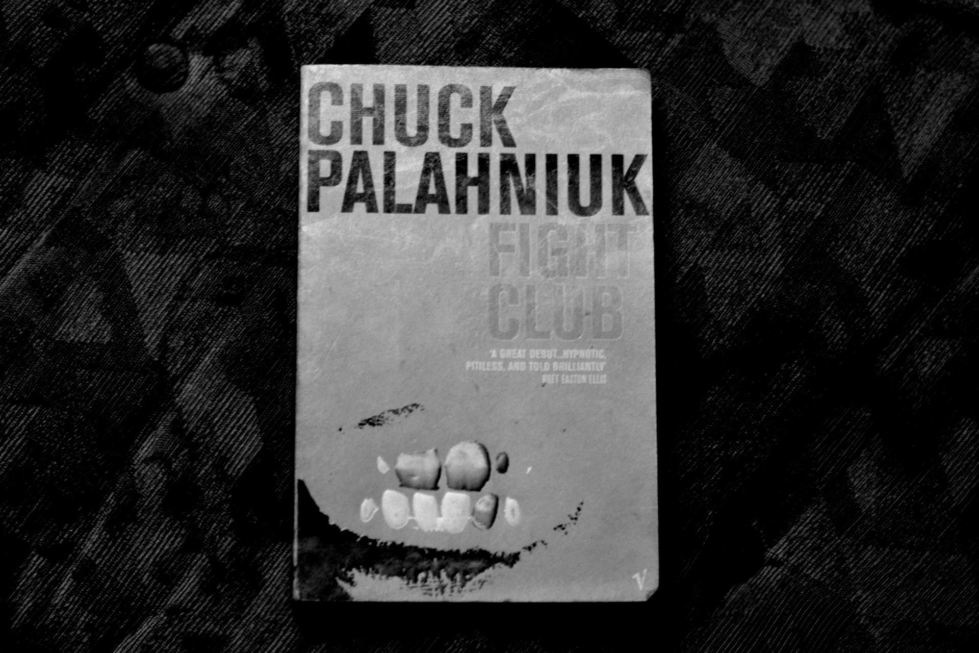 Svartvit bild på Fight Club av Chuck Palahniuk.