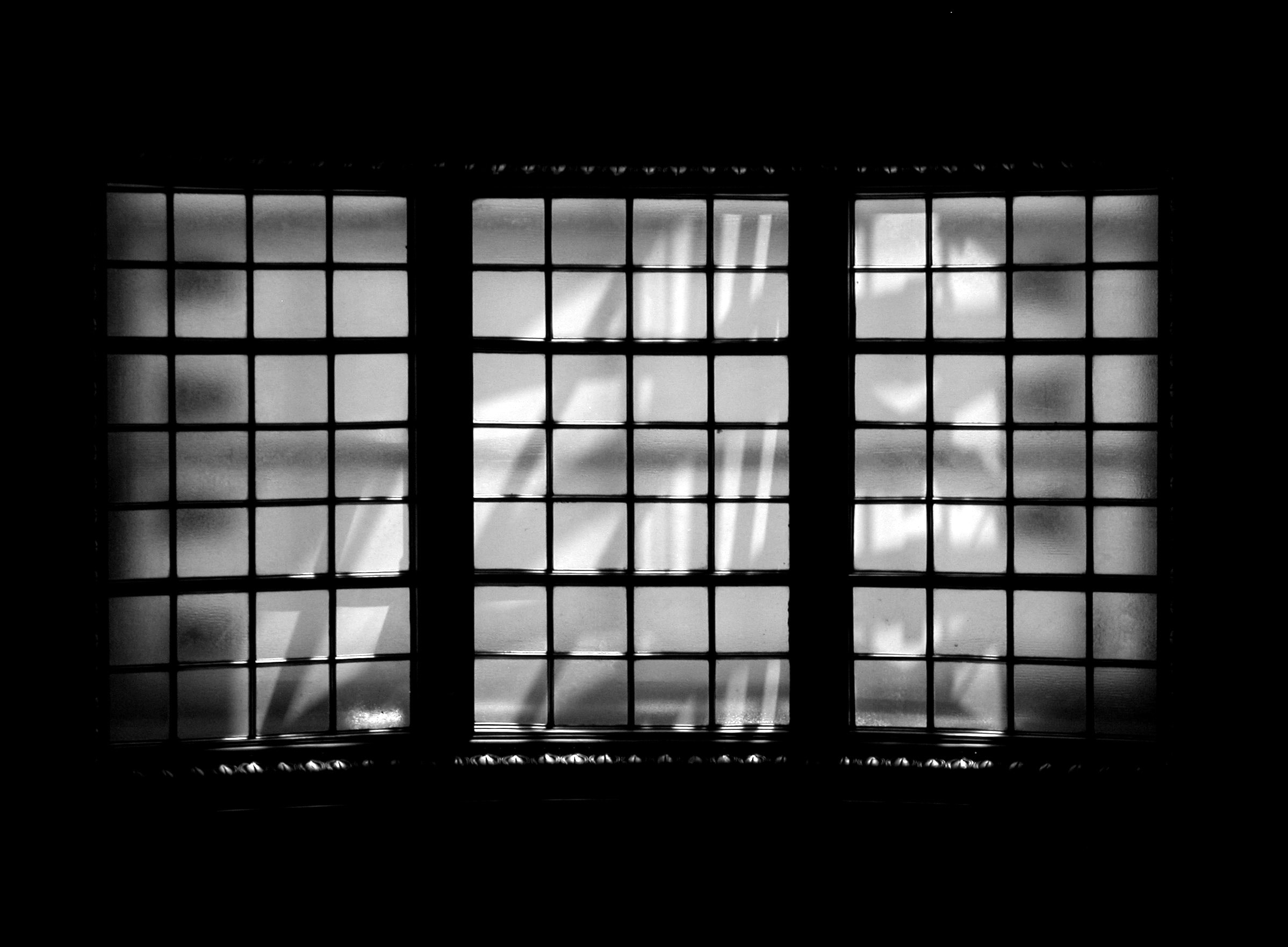 Svartvit bild på fönster.