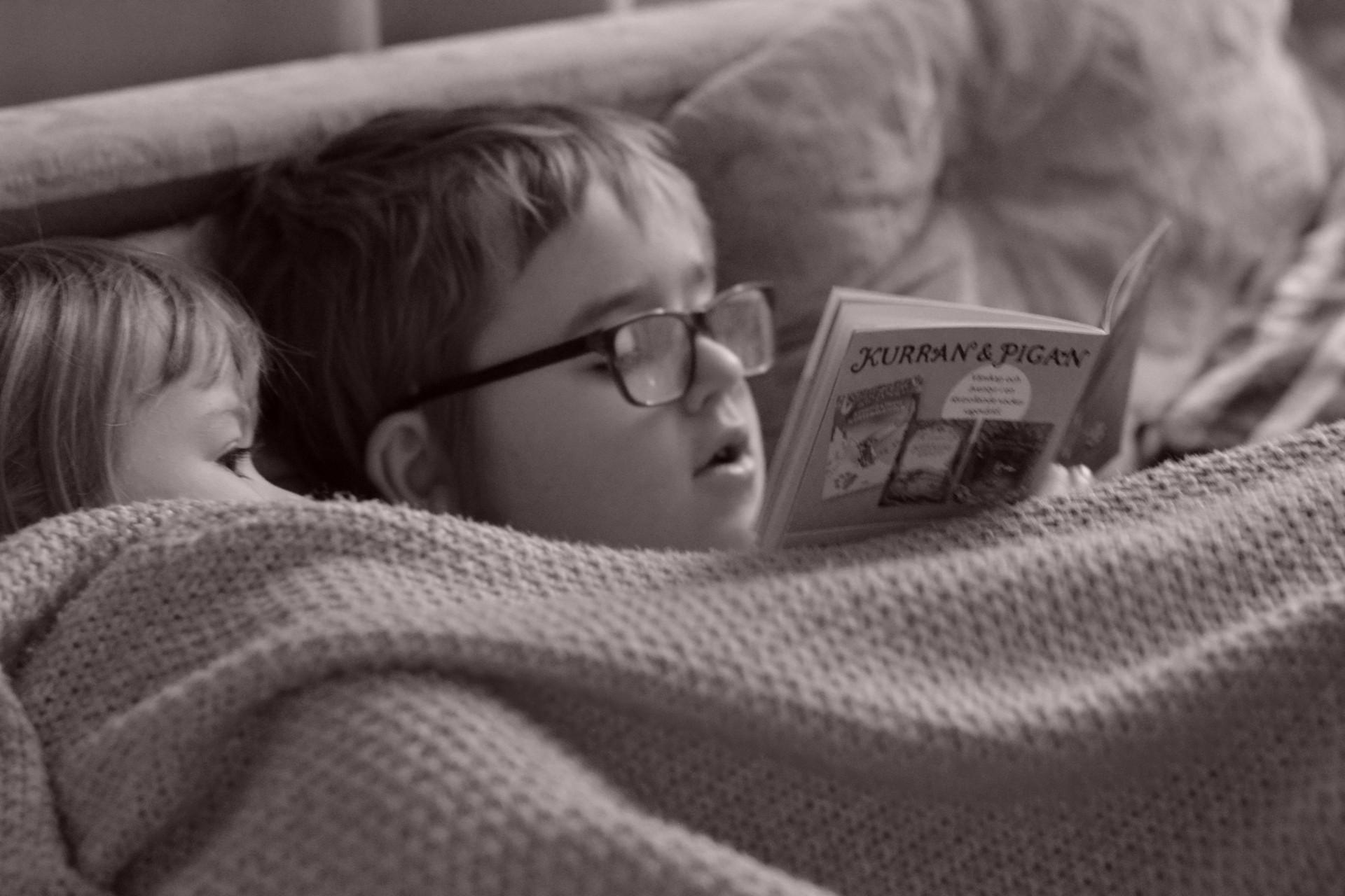 Storebror läser för lillasyster