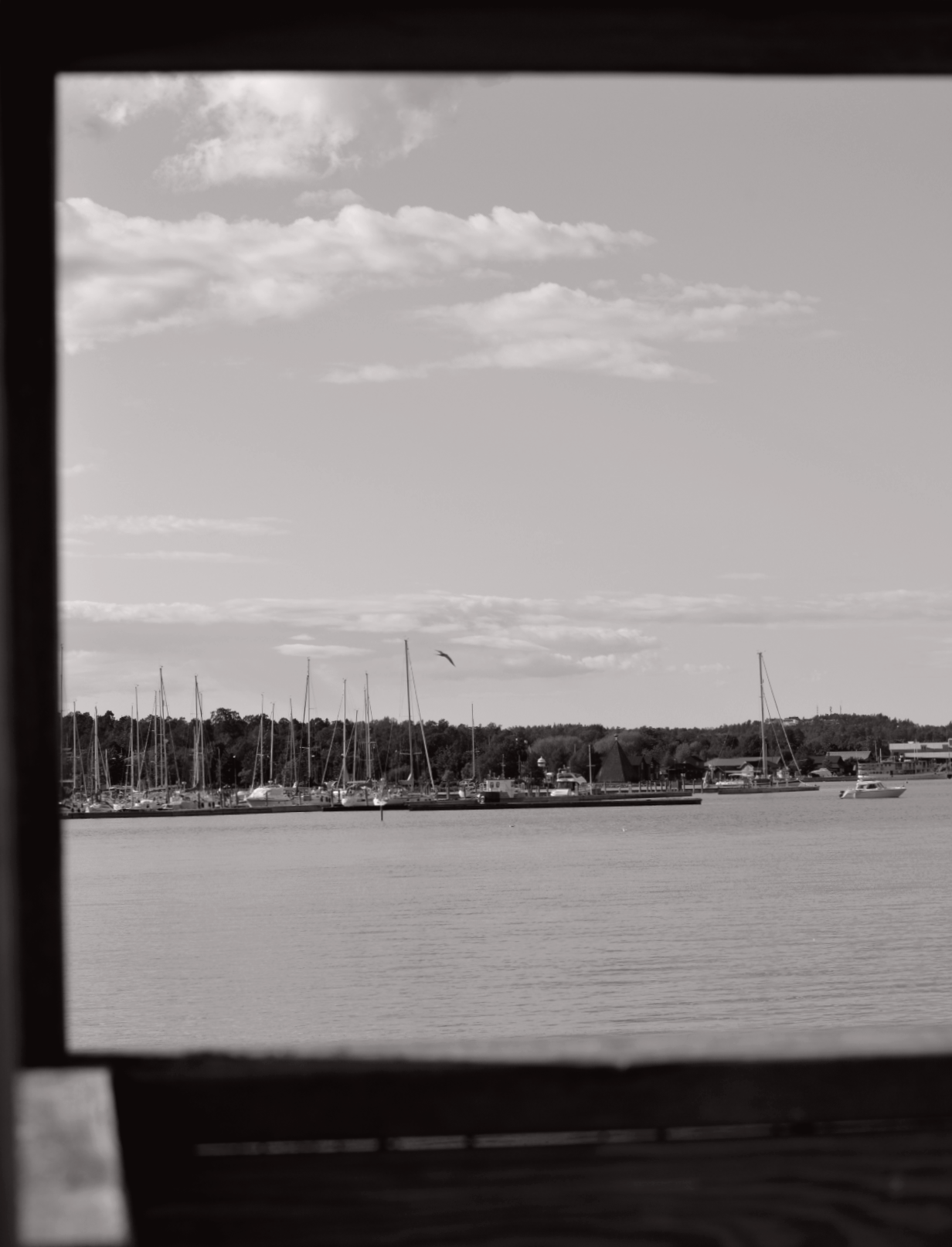 Svartvit sepiatonad bild på hav och båtar i Mariehamn, Åland.
