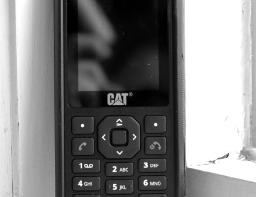 Svartvit bild på knapptelefonen CAT B40.